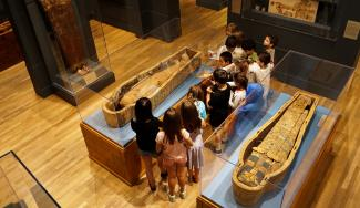 Docent guides students in the Egyptian gallery